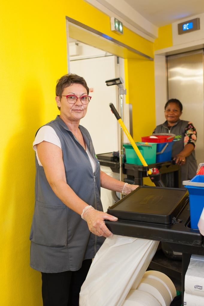 Maryline Remy aux bureaux Sillon de Bretagne effectuant les prestations de nettoyage pour ADC Propreté